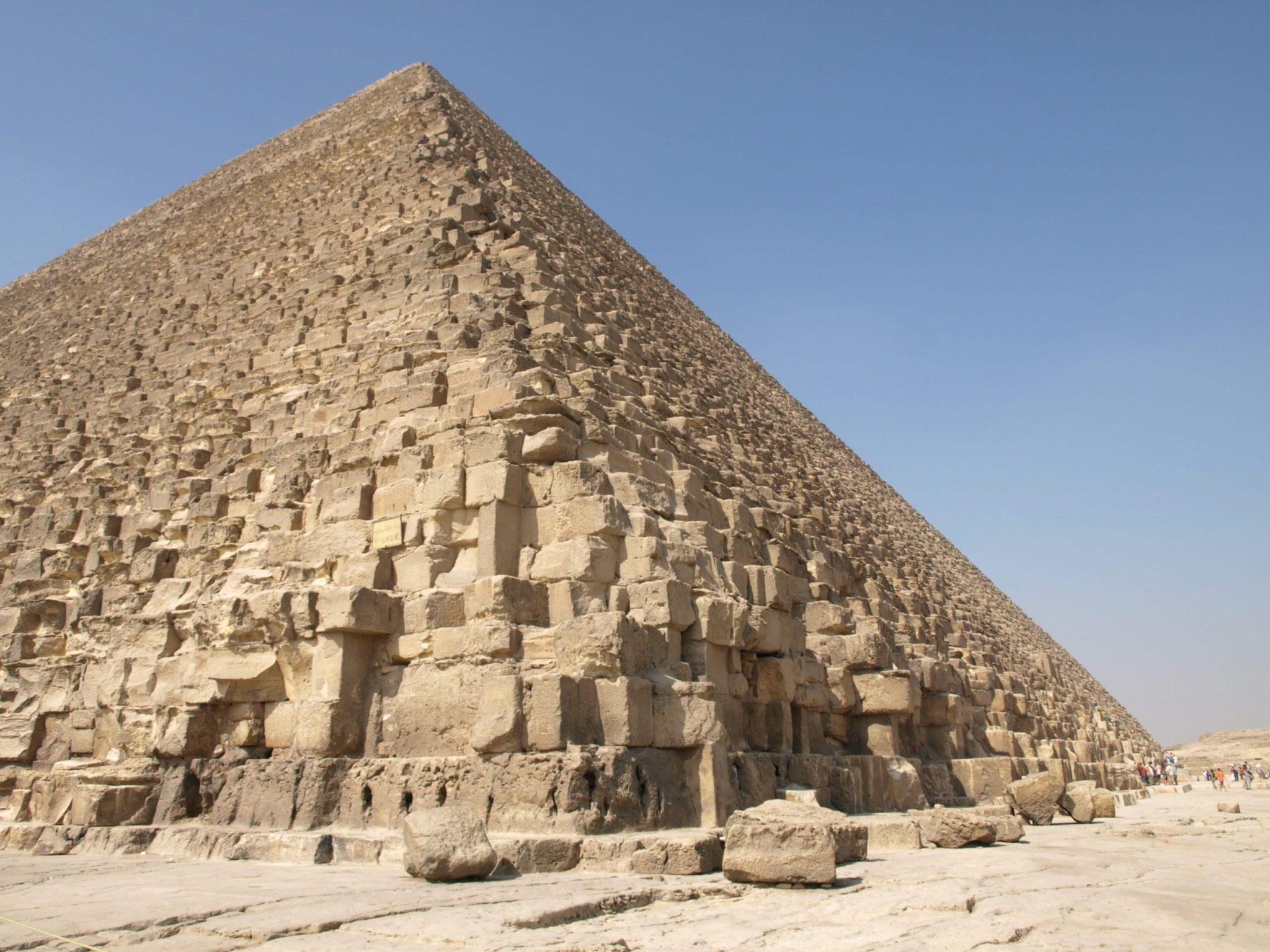 Y piedra a piedra, La Gran Pirámide